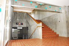 階段の上には,なるたき3・4のお部屋,下には,浴室・トイレ・洗面所・リネン室があります。